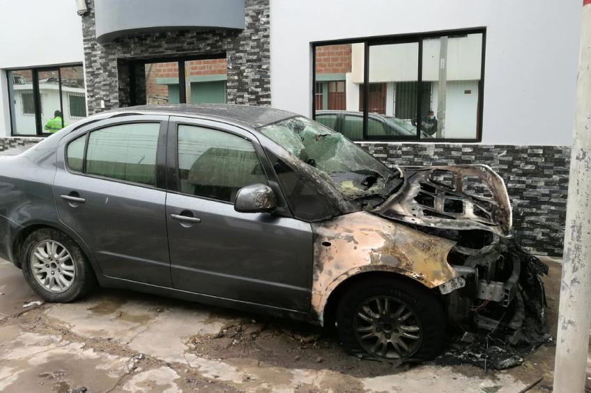 Perú: explotan bomba molotov contra vehículo de periodista